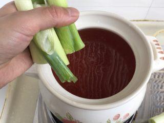 煲一锅好卤➕香卤牛肉,加入一部分大葱,两三片姜
