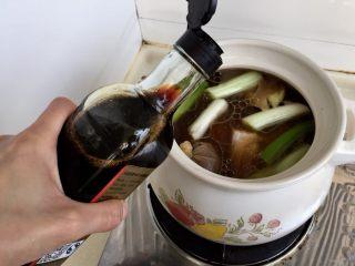 煲一锅好卤➕香卤牛肉,加入四勺生抽,两勺蚝油