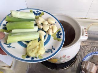 煲一锅好卤➕香卤牛肉,煮了半小时的卤水,捞出大葱,重新加入大葱段,蒜粒,拍碎的姜块