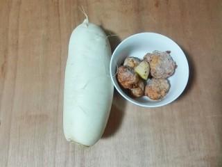 香菜白萝卜块肉圆汤,准备好萝卜肉圆