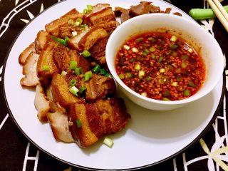 煲一锅好卤➕香卤牛肉,用生抽,白糖,陈醋,红油,盐,鸡精,小葱调了个调味汁,可以蘸着肉吃