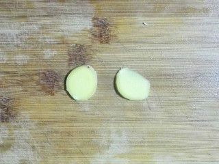 香菜白萝卜块肉圆汤,生姜切片