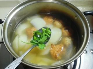 香菜白萝卜块肉圆汤,放香菜