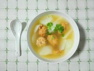 香菜白萝卜块肉圆汤,尝尝汤相当鲜美