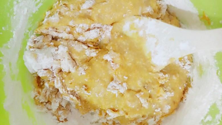 南瓜汤圆,边加木薯粉边搅拌
