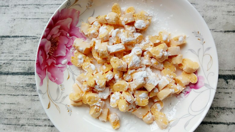南瓜汤圆,切好的装盘,在上面再撒上一层薄薄的粉