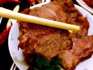 煲一锅好卤➕香卤牛肉,成品,牛腱子实在适合卤着吃啊。除了当凉菜,卤好的牛肉可以夹饼夹吐司吃,还可以煮好的面上加几片牛肉,都是超级棒的选择