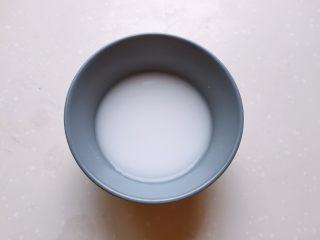 酒酿姜糖小圆子,一勺淀粉加入少许水搅拌均匀备用