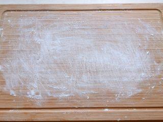 酒酿姜糖小圆子,案板上撒适量糯米粉