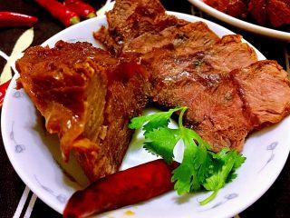 煲一锅好卤➕香卤牛肉,晚上灯光拍出来有些红,其实实物颜色更深些