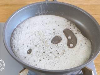 24m+自制冰糖葫芦(宝宝辅食),撒上少量的芝麻,搅拌几下,马上离火~