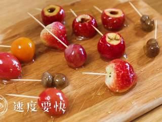 24m+自制冰糖葫芦(宝宝辅食),如果怕粘的话,可以在木板上刷少量的植物油~