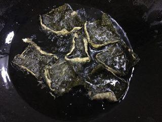 海苔天妇罗,锅中倒入油,涂面糊的那一面放入油中,炸制金黄