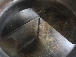 爆浆猪排,锅内热油