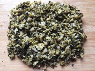 乡味+楠溪江麦饼,将咸菜清洗干净,拧干水分,切碎。