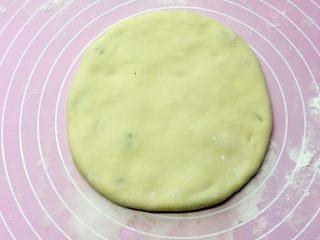 乡味+楠溪江麦饼,先用手掌轻轻按扁,再用擀面杖轻轻擀成厚薄均匀的圆饼,一个咸菜麦饼做好啦。(不要光擀一面,两面都要擀,擀的越薄越好吃)