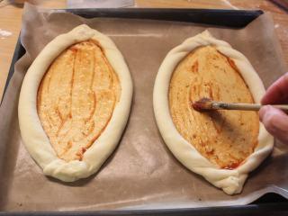 土耳其披萨,抹上拌了意大利香料的蕃茄酱。