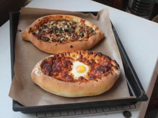 土耳其披萨,烤好出炉。