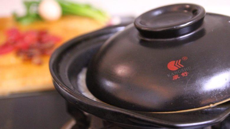 腊味煲仔饭,4、像图中一样,将盖子微微露出一小缝,让水蒸气可以蒸发