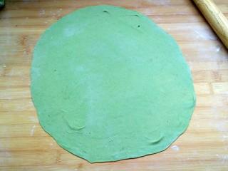 菠菜蝴蝶面,松弛好的的面,擀成薄饼,尽量薄些,厚的面片不好吃