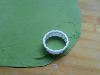 菠菜蝴蝶面,取一饼干模具,没有模具的可以用脉动饮料瓶盖