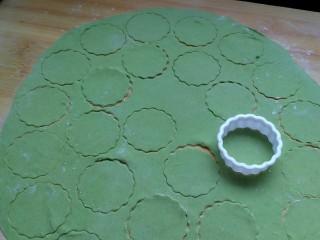 菠菜蝴蝶面,在薄饼上按压出圆片