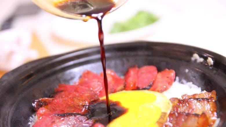 腊味煲仔饭,8、等到锅中漂出焦香味,加入酱料