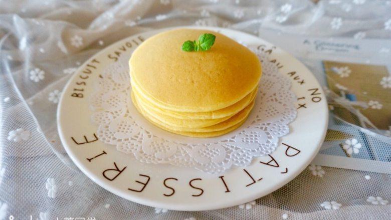 奶香玉米饼,煎好了叠起来,金灿灿的颜色很好看。