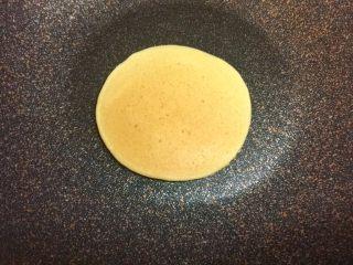 奶香玉米饼,继续煎20秒左右,两面金黄,就可以起锅了。