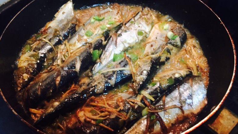 香煎秋刀鱼,将鱼煎至两面金黄,火要小一些,否则会煎不好哦,十分钟后加入少许水