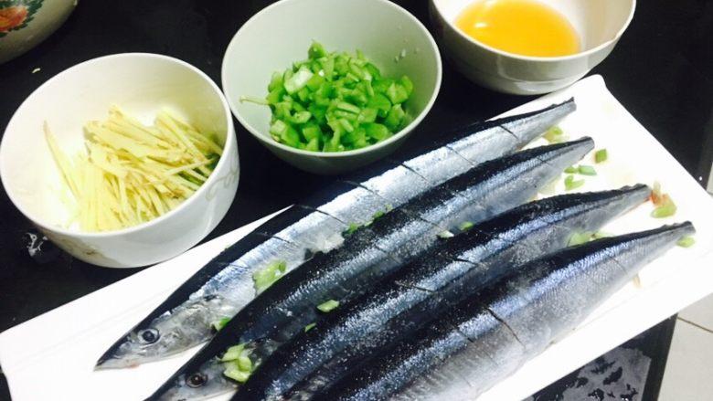 香煎秋刀鱼,撒少许黄酒到鱼上