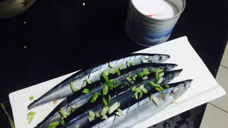 香煎秋刀鱼,用盐和葱花腌鱼15分钟