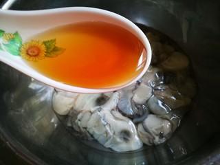 牡蛎菠菜,牡蛎洗净 加入料酒 少许盐