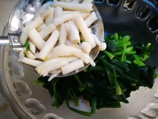 牡蛎菠菜,捞出倒入菠菜碗中