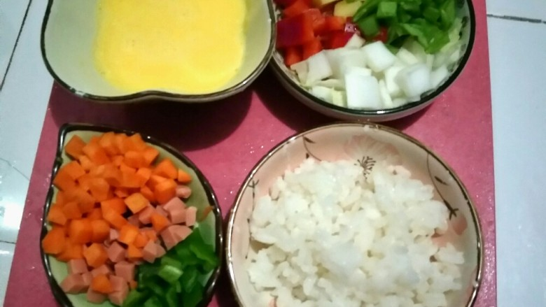 大富大贵黄金结,将蔬菜切丁,鸡蛋取出蛋黄打碎并加入玉米粉(增加韧性)
