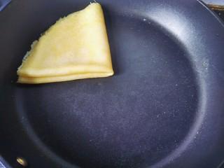 牛奶雞蛋玉米餅,再對折,裝盤。