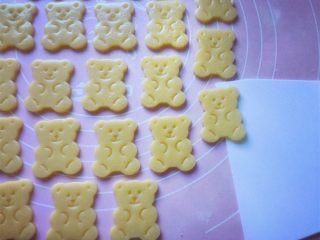 小熊饼干,然后用刮刀移铲到不粘烤盘上。
