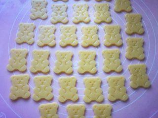 小熊饼干,小心去掉周边的面片。(去掉的面片还可以重复擀开使用)