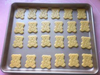 小熊饼干,将所有的小熊饼干整齐地摆放在不粘烤盘中(如果不是不粘烤盘,记得要垫油纸哦)