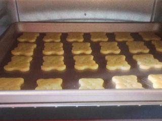 小熊饼干,将烤盘放入预热好的烤箱中层,上下火170度,烤18分钟,出炉晾凉即可。