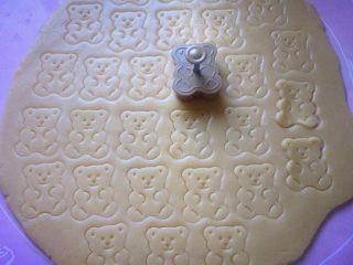 小熊饼干,用小熊模具压出形状。
