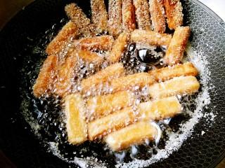 天气冷,换种方式吃牛奶!,锅里放入适量油,油温七八成热下锅炸至表面金黄即可捞出
