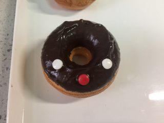 甜美可爱的圣诞甜甜圈,然后翻过来,用白色的糖做眼睛,红色的糖做鼻子,用红色的巧克力豆效果更佳。