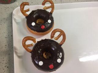 甜美可爱的圣诞甜甜圈,两个麋鹿甜甜圈做好了。