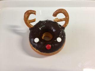 甜美可爱的圣诞甜甜圈,然后把劳伦兹饼干圈掰成两半,做麋鹿的角。饼干圈不太好掰,也可以用整个做鹿角。