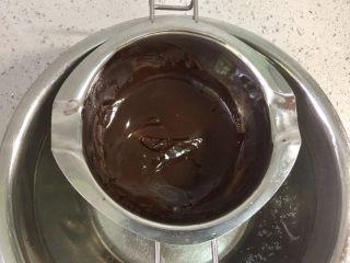 甜美可爱的圣诞甜甜圈,黑巧克力隔热水融化。