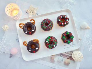 甜美可爱的圣诞甜甜圈,其余的甜甜圈同样的方法蘸上巧克力酱后,用小糖果装饰,可以任意DIY,小朋友可以参与哦。
