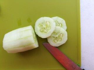 早安早餐+清爽照烧鸡沙拉,黄瓜去皮,切片备用。