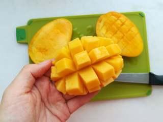 早安早餐+清爽照烧鸡沙拉,在芒果果肉上用刀划上格子,切丁备用。