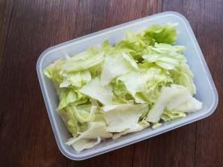 早安早餐+清爽照烧鸡沙拉,在容器底部铺上撕碎的生菜。